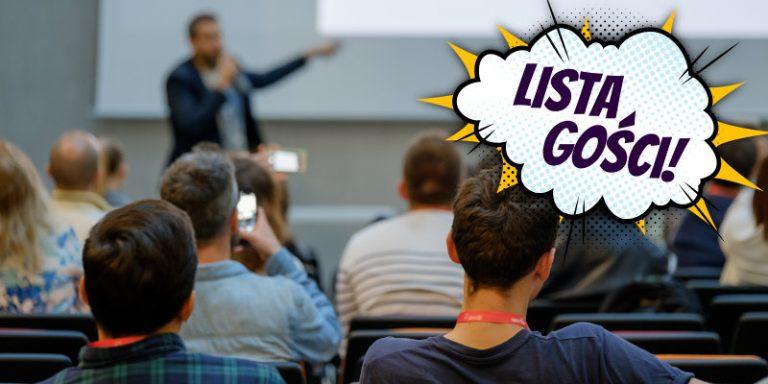 """Zdjęcie mówcy występującego przed publicznością. Fotografia opatrzona komiksowym napisem """"Lista gości!""""."""