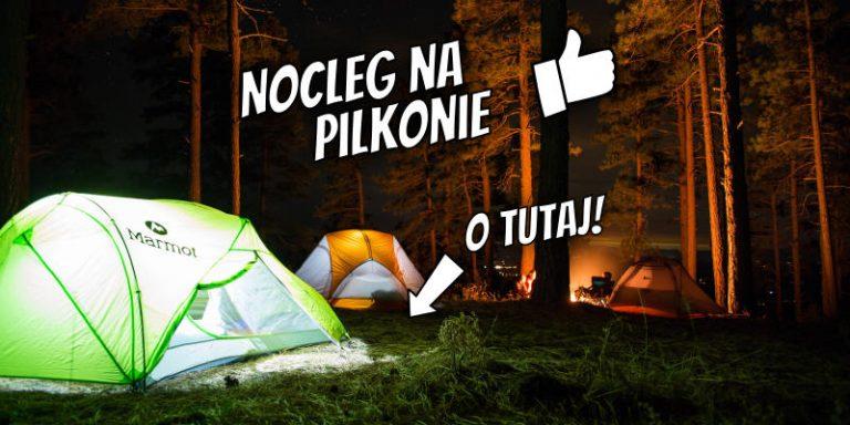 """Pole namiotowe Pilkonu nocą. Zdjęcie opatrzone napisem """"Nocleg na Pilkonie. O tutaj!""""."""